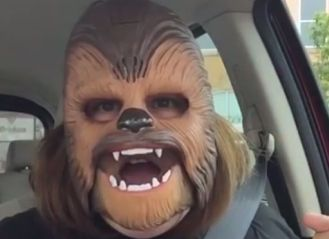 Everyone_loves_this_laughing_mum_in_a_Chewbacca_mask.000