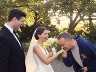 ct-tom-hanks-crashes-wedding-20160927
